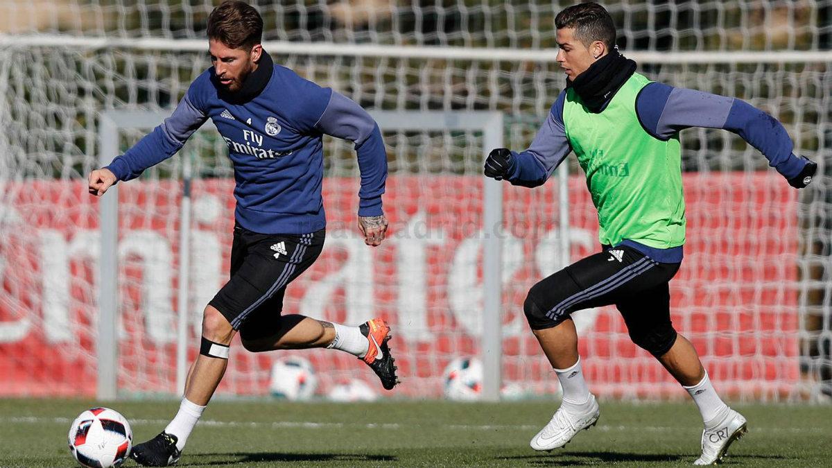Sergio Ramos controla un balón ante la presión de Cristiano. (realmadrid.com)
