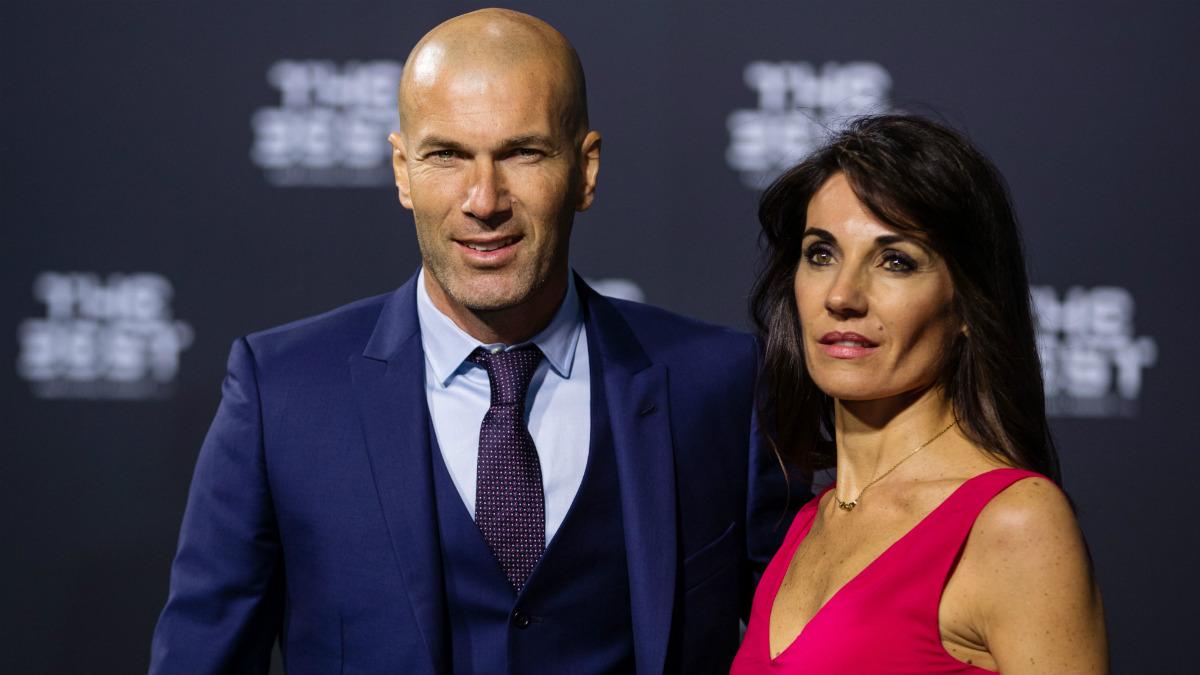 Zidane, junto a su mujer en la alfombra verde del 'The Best'. (Getty)