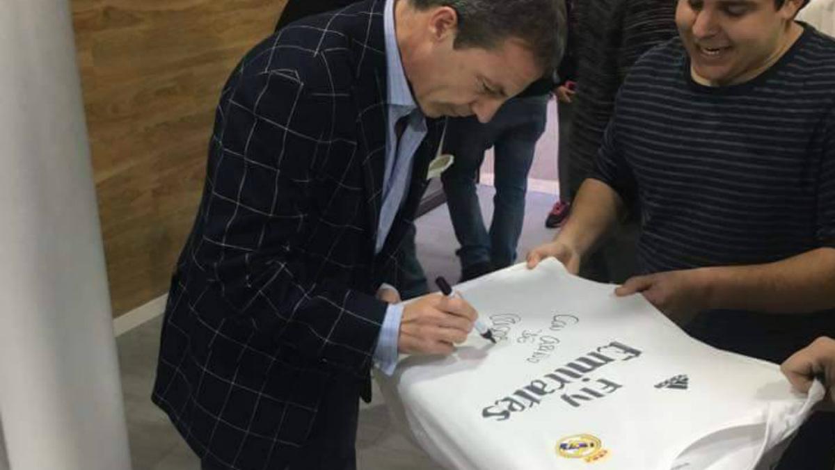 Cristóbal Soria firma una camiseta del Real Madrid.