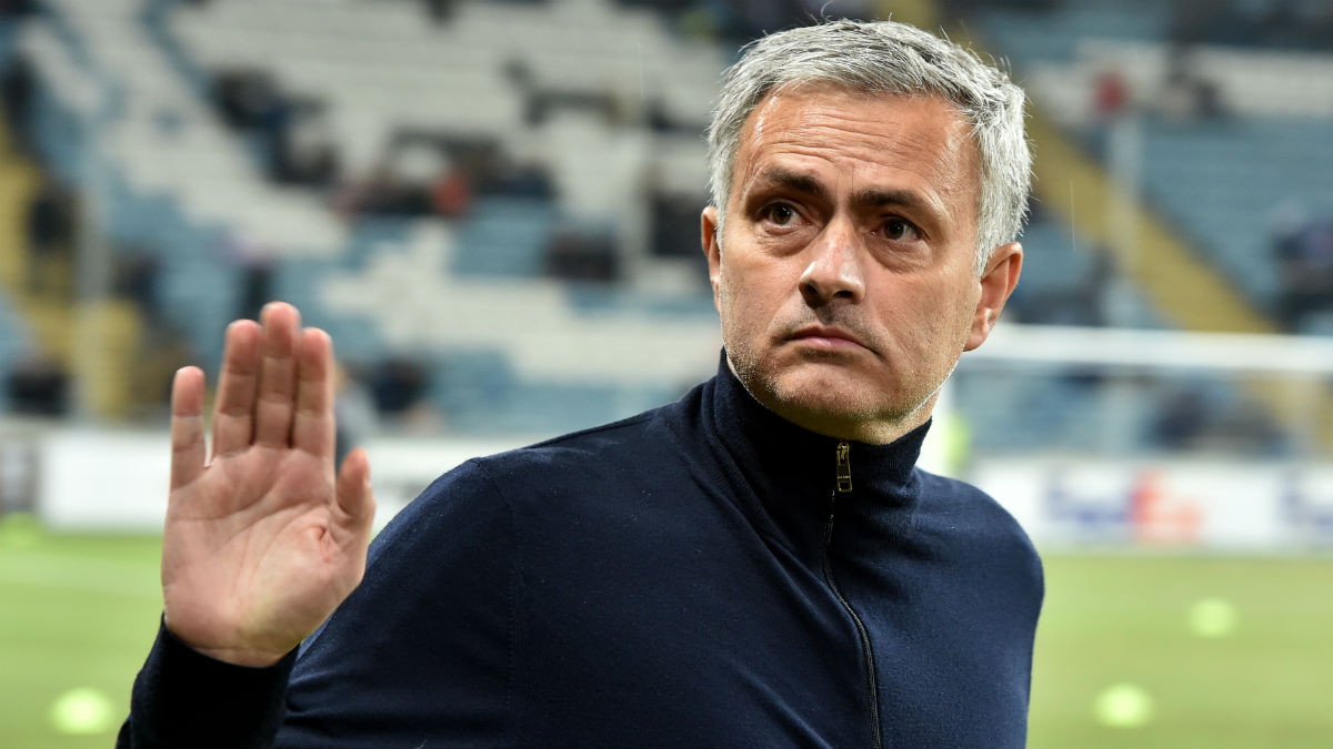 Mourinho saluda en un partido de Champions League. (AFP)