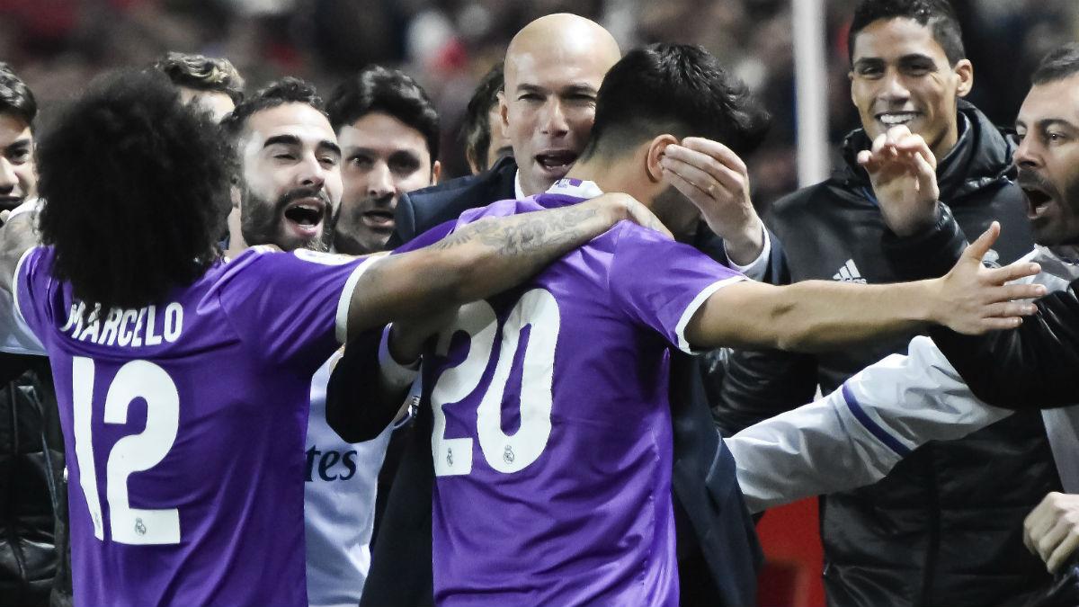 Zidane y sus jugadores celebran el 1-1. (EFE)