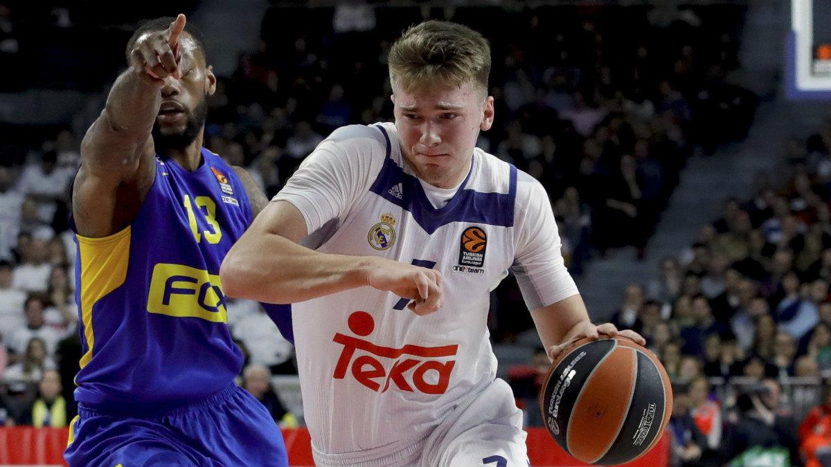 Luka Doncic supera a la defensa del Maccabi. (EFE)