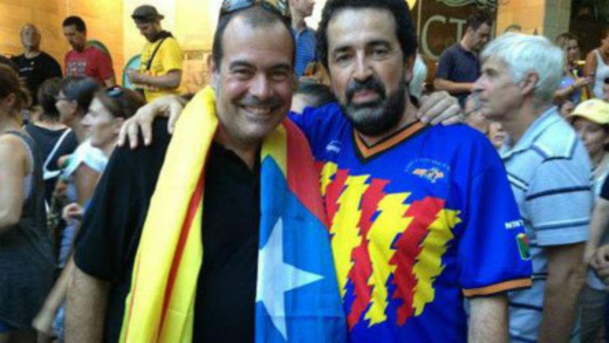 Josep Lluís Merlos (a la izquierda) con una estelada.