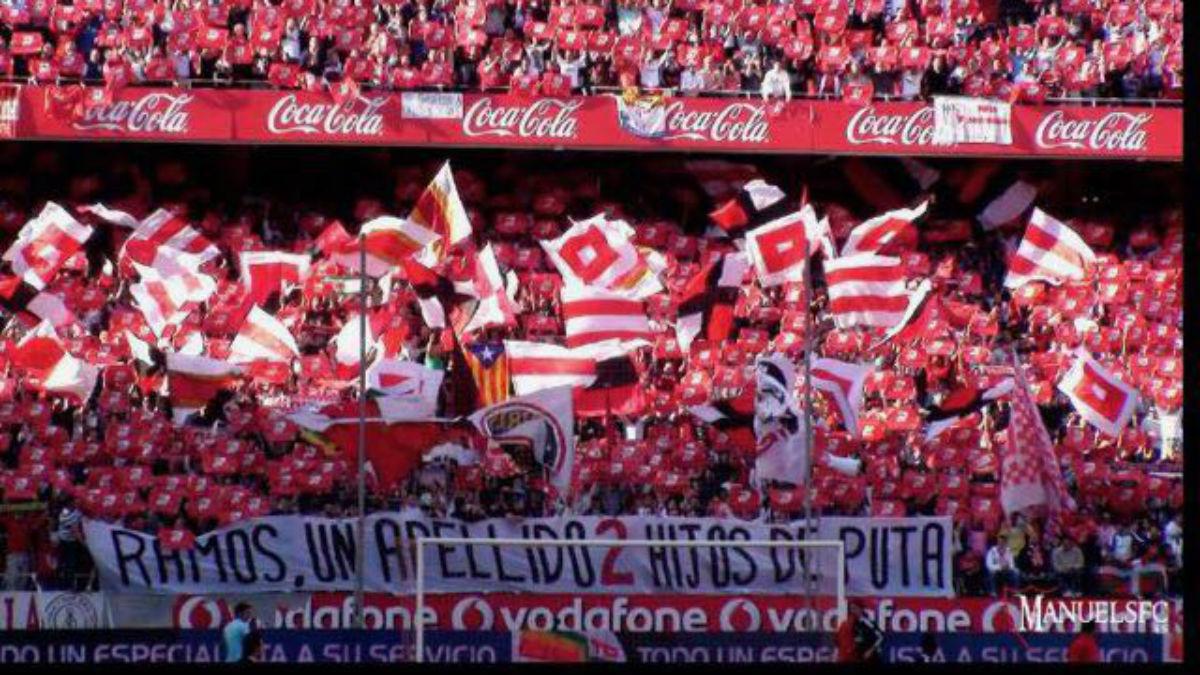 Los Biris exhiben una pancarta contra la familia de Sergio Ramos.