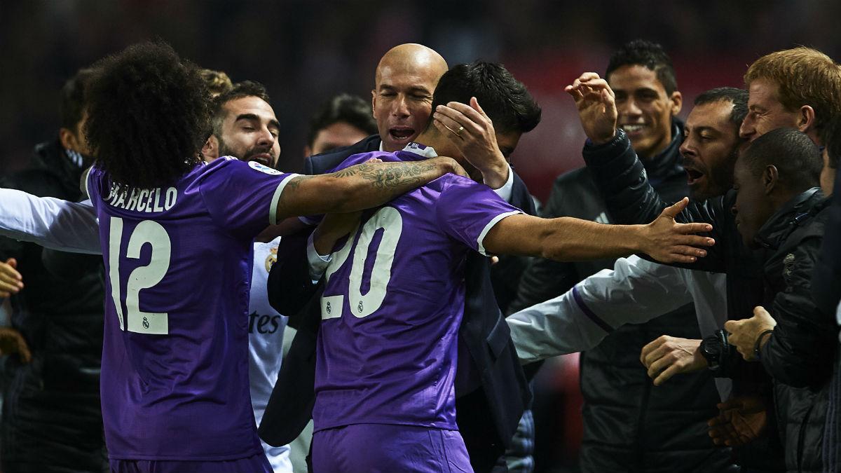 Asensio celebra su gol al Sevilla con Zidane. (Getty)