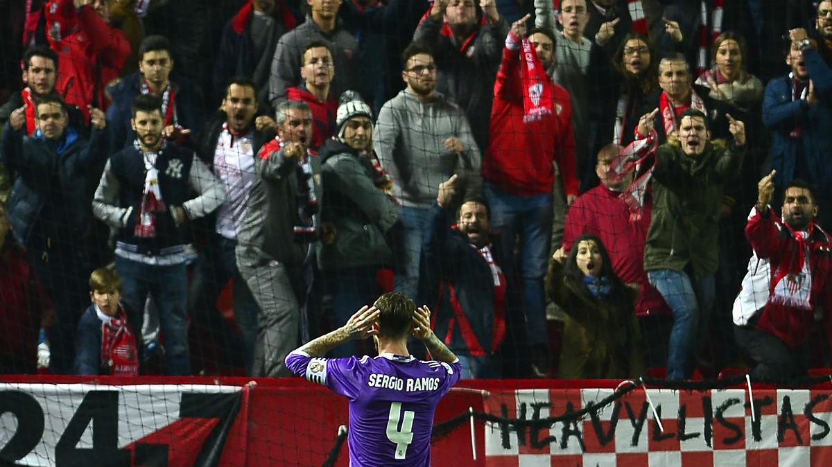 Sergio Ramos hizo un gesto a los ultras del Sevilla. (AFP)