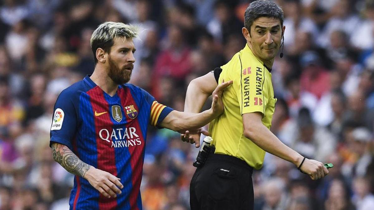 Messi y Undiano Mallenco, durante el Valencia vs Barcelona de esta temporada.