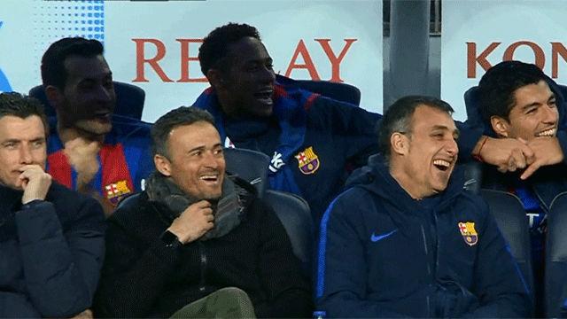 El banquillo del Barcelona se ríe del gol de Aleix Vidal.