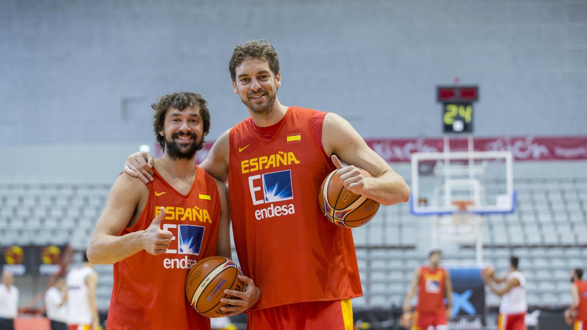 Pau Gasol y Sergio Llull, en un entrenamiento con la selección española. (FEB)