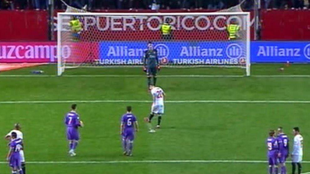 Momento en el que Vitolo rompe el punto de penalti. (Twitter)