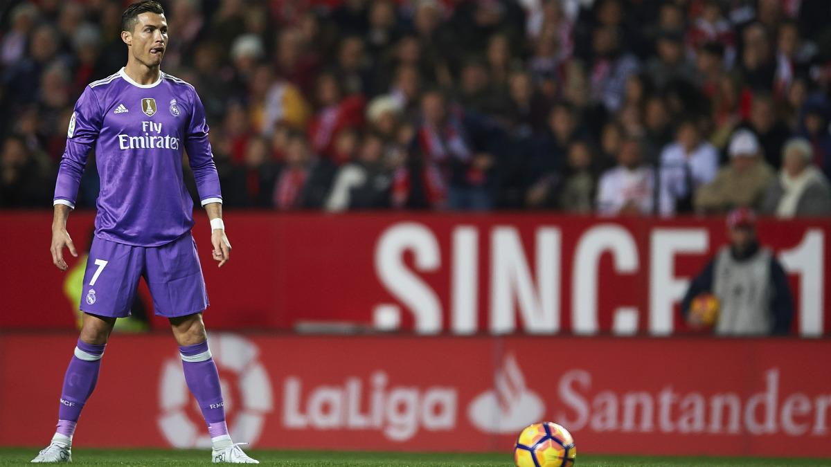 Cristiano Ronaldo se dipone a lanzar el penalti ante el Sevilla. (Getty)