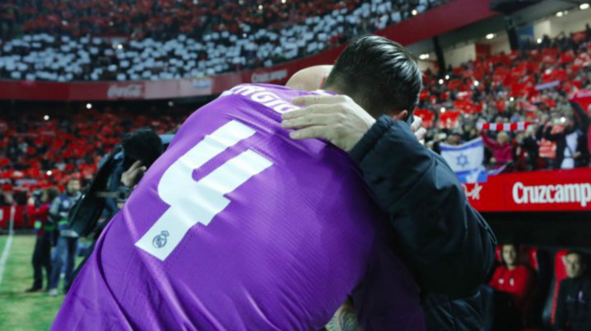 Sergio Ramos y Sampaoli se funden en un abrazo antes del partido. (laliga)