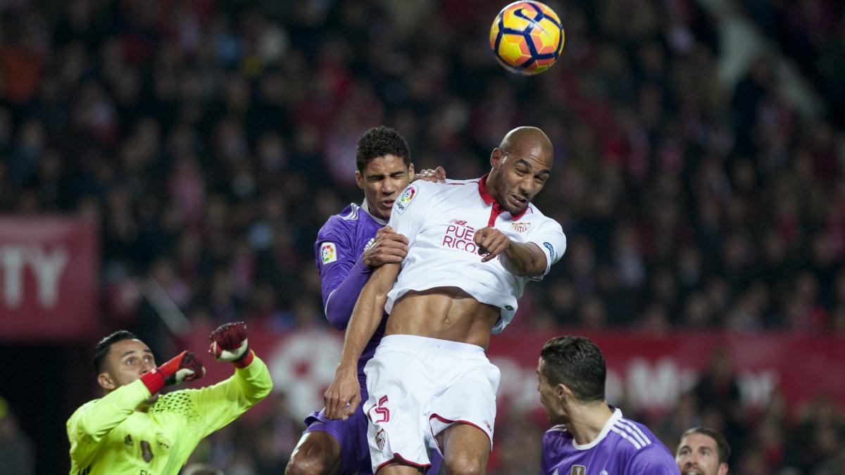 Nzonzi y Varane saltan a por un balón. (AFP)