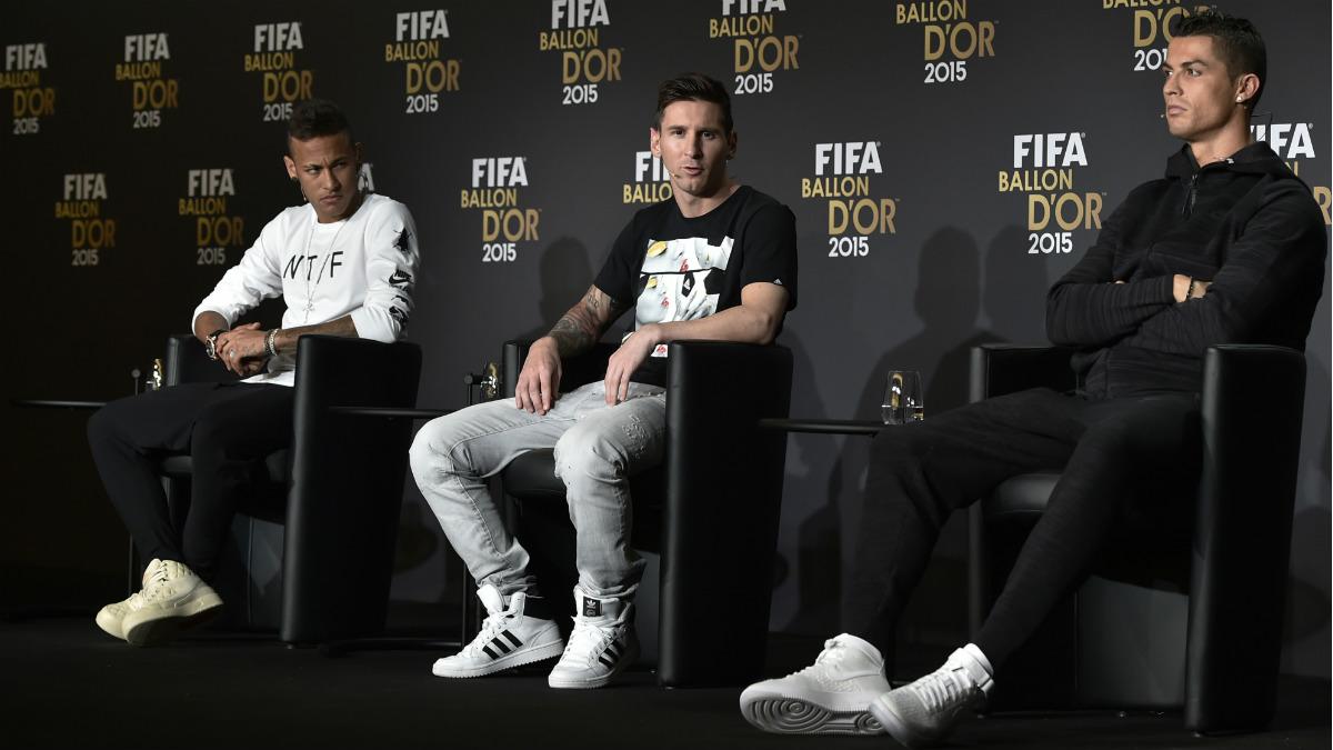 Cristiano, acompañado de Neymar y Messi en el Balón de Oro. (AFP)