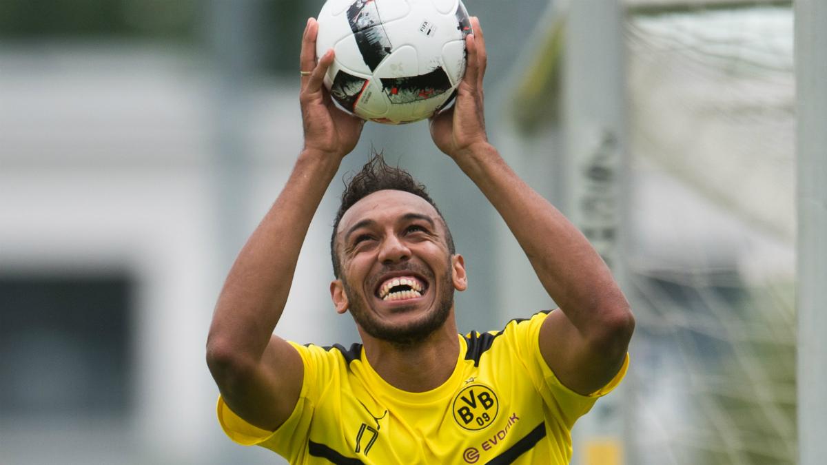 Aubameyang juega con el balón en las manos durante un entrenamiento del Dortmund. (AFP)