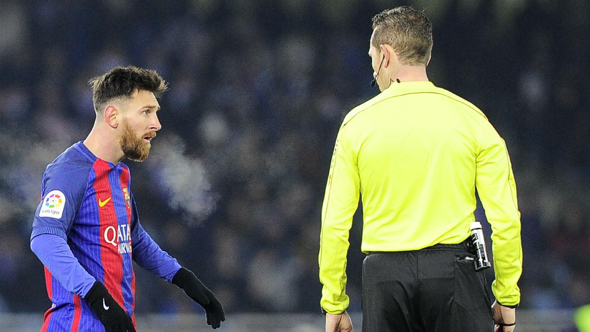 Messi protesta a González González. (AFP)