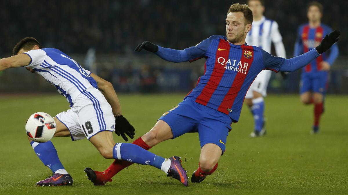 Ivan Rakitic pelea por un balón en el encuentro frente a la Real Sociedad. (EFE)