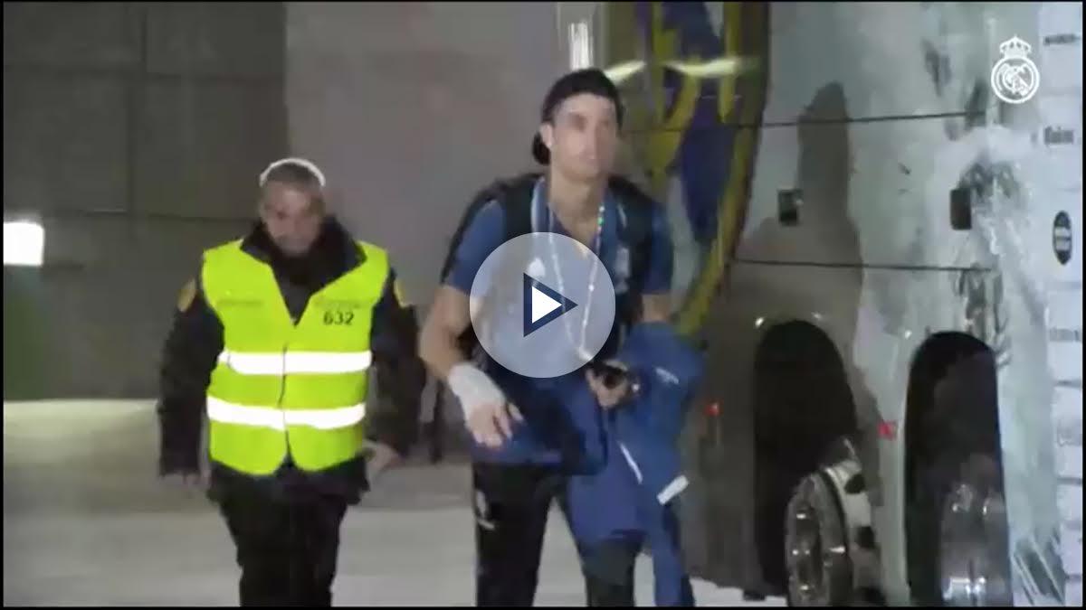 Cristiano Ronaldo sube al autobús con la mano vendada. (realmadrid.com)