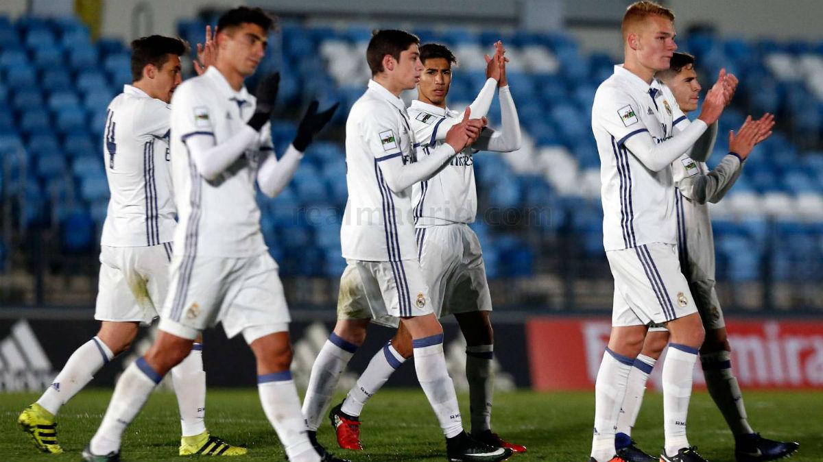 Los jugadores del Castilla aplauden tras un partido.
