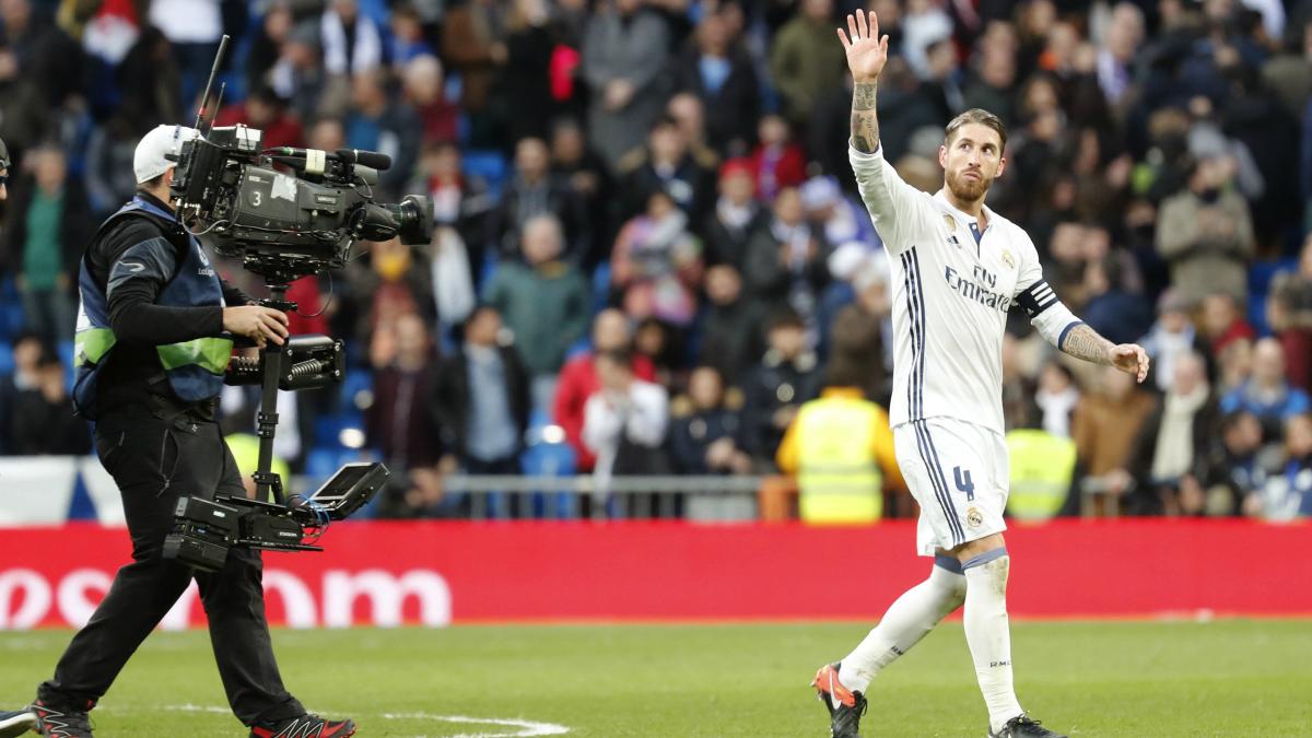 Sergio Ramos saluda a la afición. (EFE)