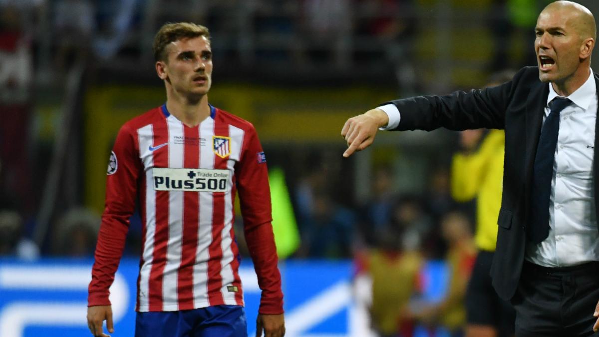 Griezmann mira atentamente a Zidane durante la pasada final de Champions. (AFP)