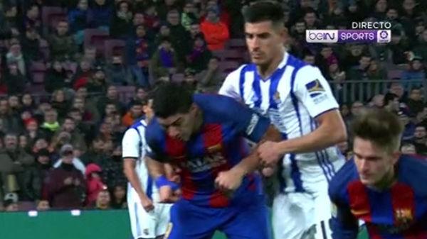 Luis Suárez propinó un codazo a Yuri.
