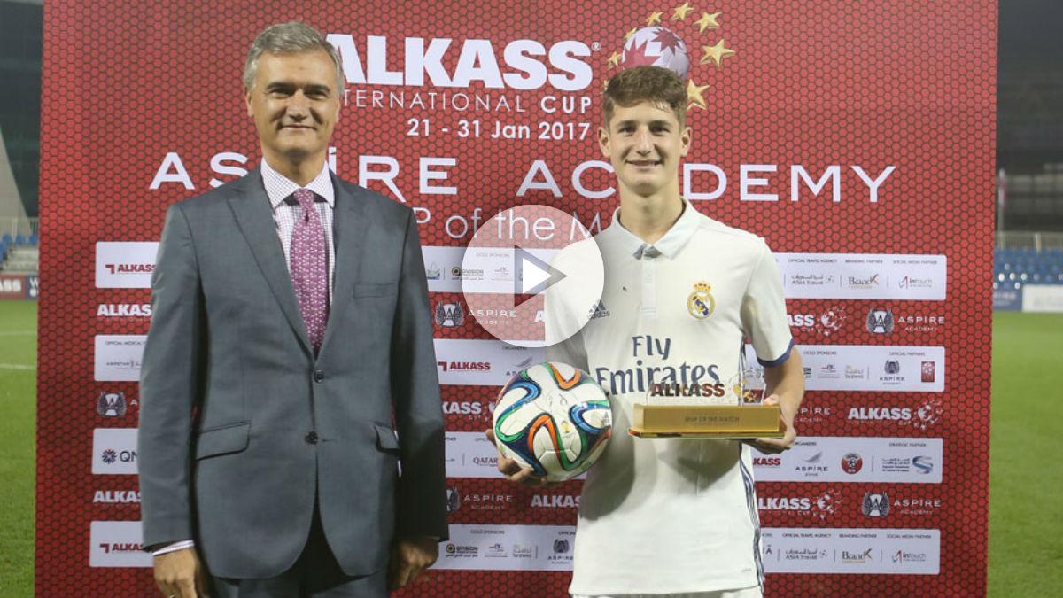 Miguel Baeza posa con el trofeo que le acredita como mejor jugador del partido. (International Cup)