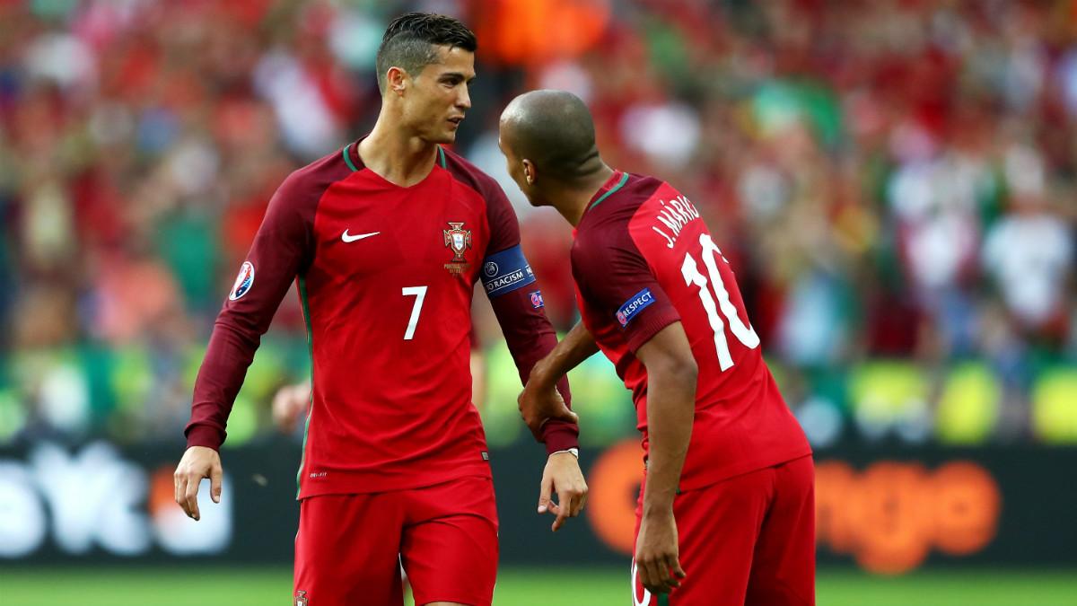 Cristiano Ronaldo conversa con Joao Mario durante un partido con Portugal. (Getty)