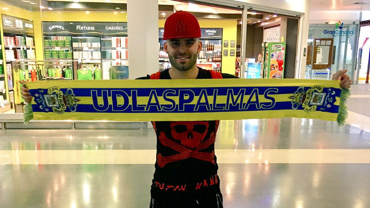 Jesé posa con la bufanda de Las Palmas a su llegada a Gran Canaria. (las palmas)