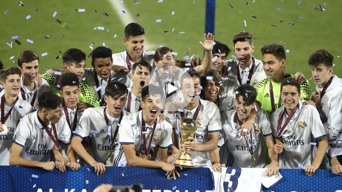 Los jugadores del Juvenil C levantan el trofeo.