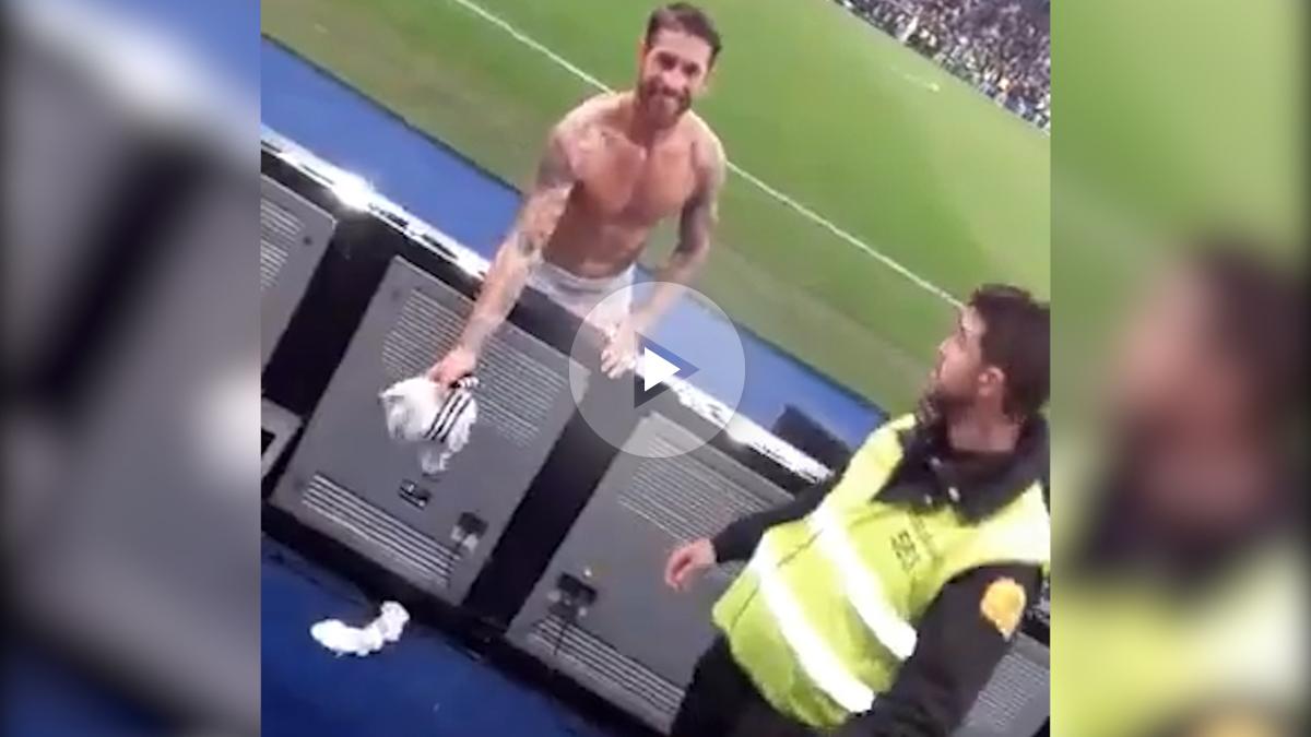 Sergio Ramos lanza su camiseta a la grada.