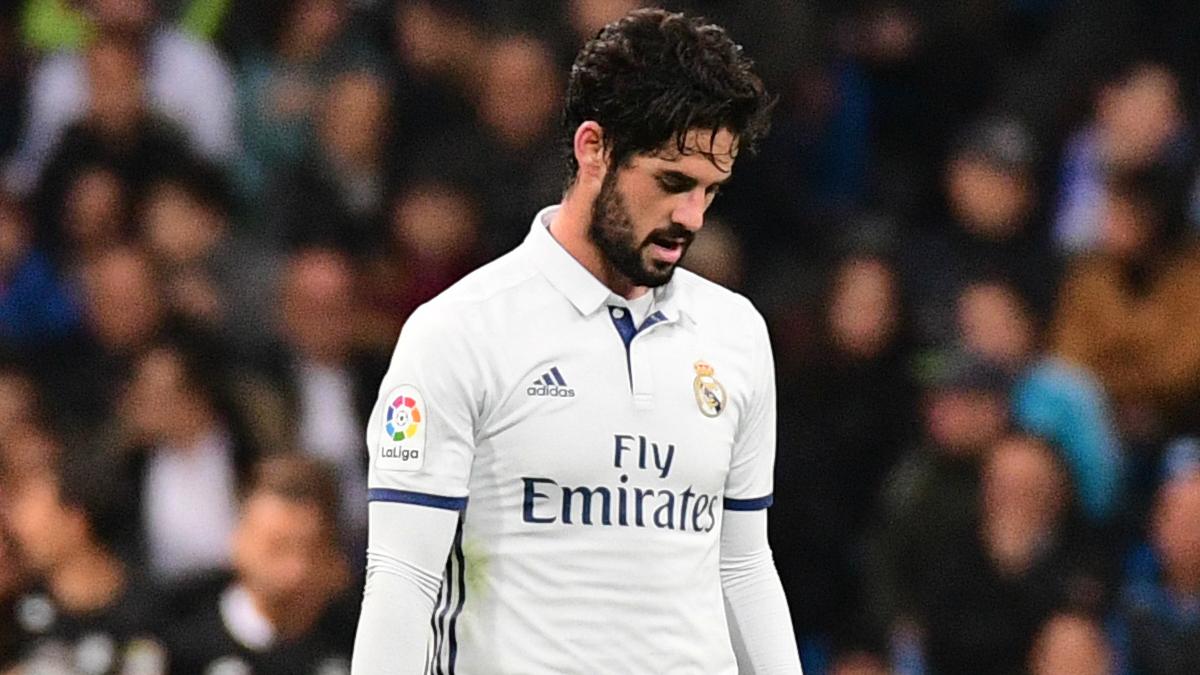 Isco, cabizbajo durante un partido en el Bernabéu. (AFP)