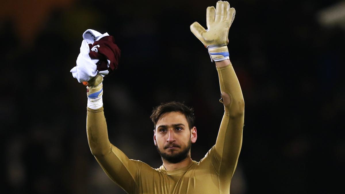 Donnarumma saluda a la afición del Milan. (AFP)