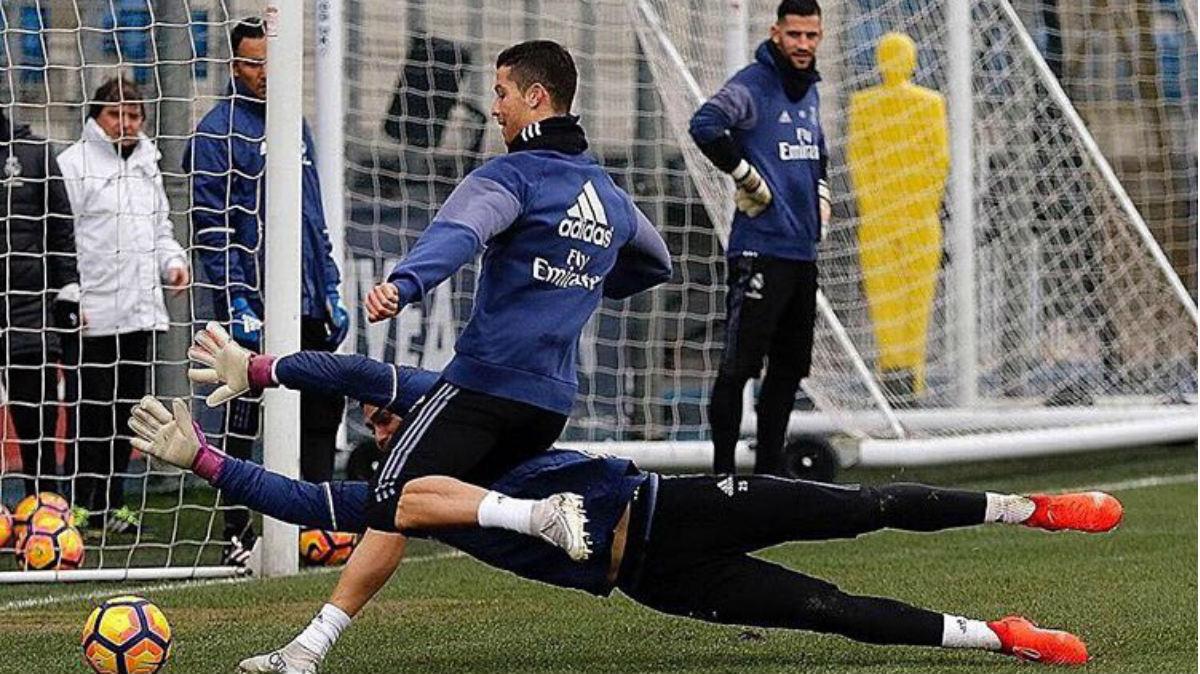 Cristiano Ronaldo intenta marcar un gol a Yáñez en el entrenamiento.