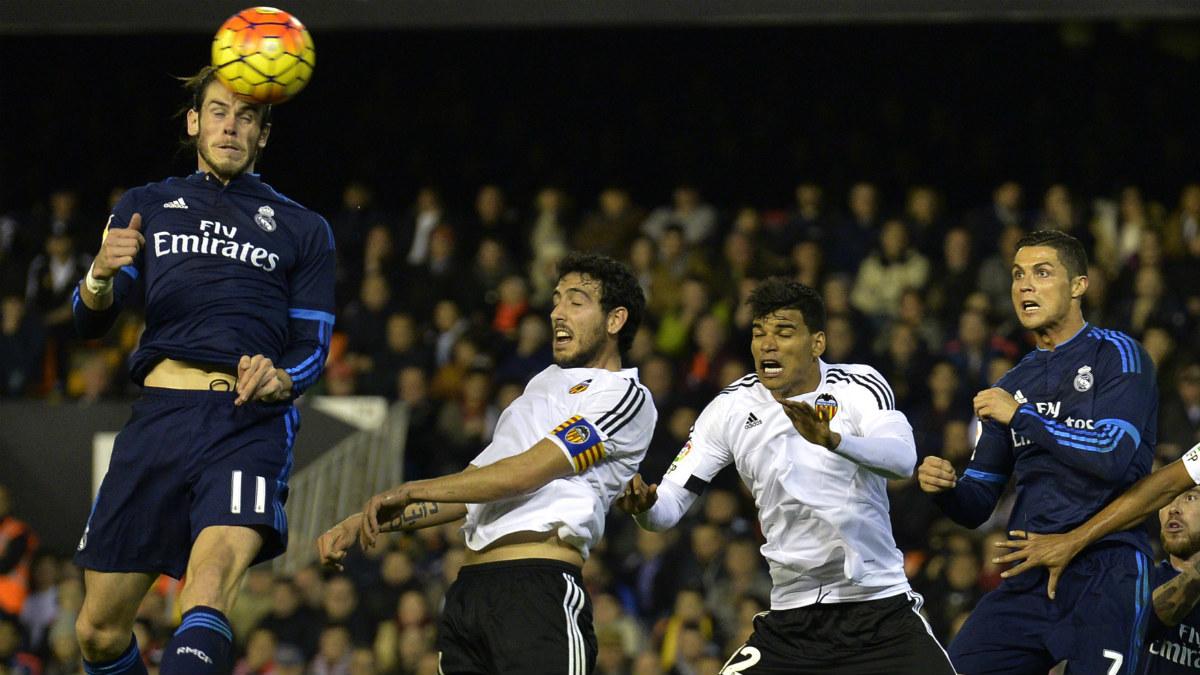 Bale cabecea un balón durante el Valencia-Real Madrid de la semana pasada. (AFP)
