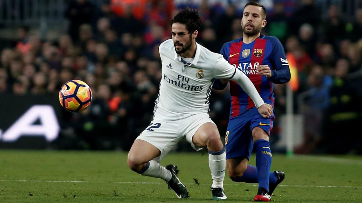 Isco, presionado por Jordi Alba durante el último Clásico. (Getty Images)