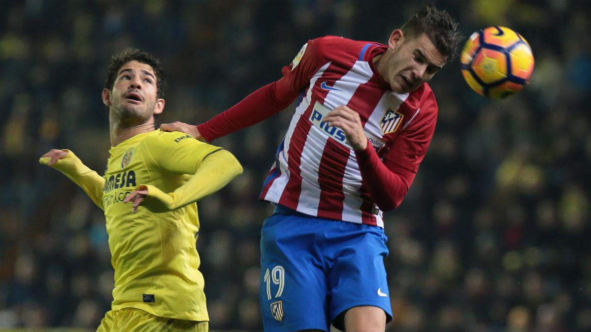 Lucas Hernández disputa un balón aéreo con Pato. (AFP)
