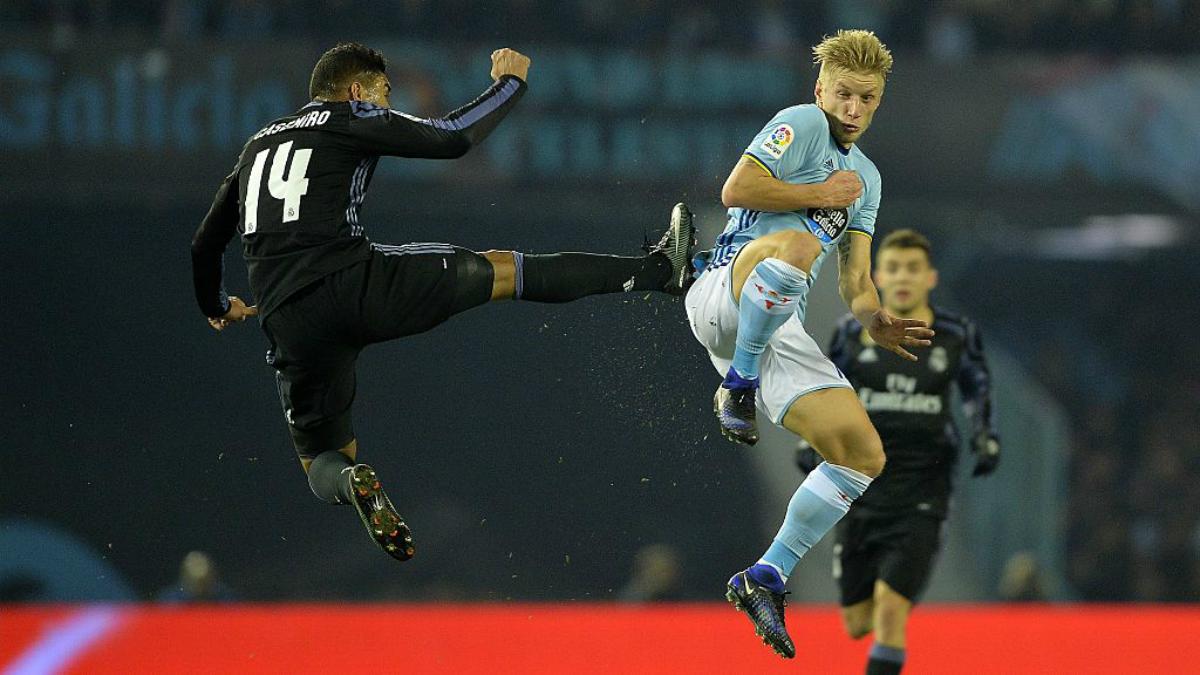 Casemiro pugna con Wass durante el Celta-Madrid de Liga. (Getty Images)