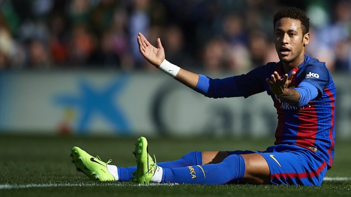 Neymar protesta una acción tirado en el suelo. (Getty)