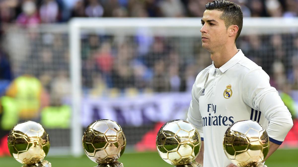 Cristiano Ronaldo, con sus cuatro Balones de Oro. (AFP)
