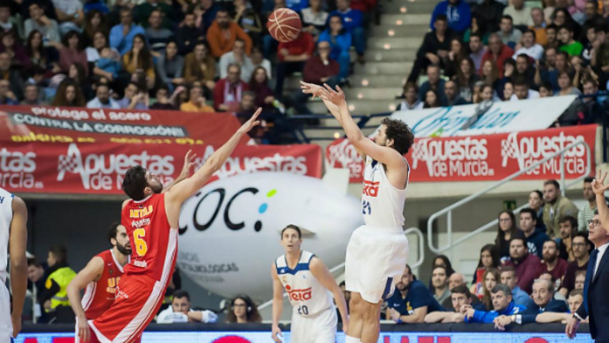 Sergio Llull lanza un triple en el UCAM Murcia vs Real Madrid. (ACB)