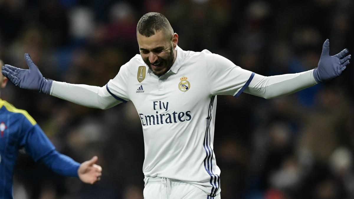 Benzema se lamenta ante una ocasión fallada. (AFP)
