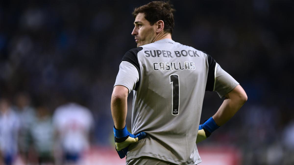 Iker Casillas mira al infinito durante el pasado Oporto-Sporting de Portugal. (AFP)