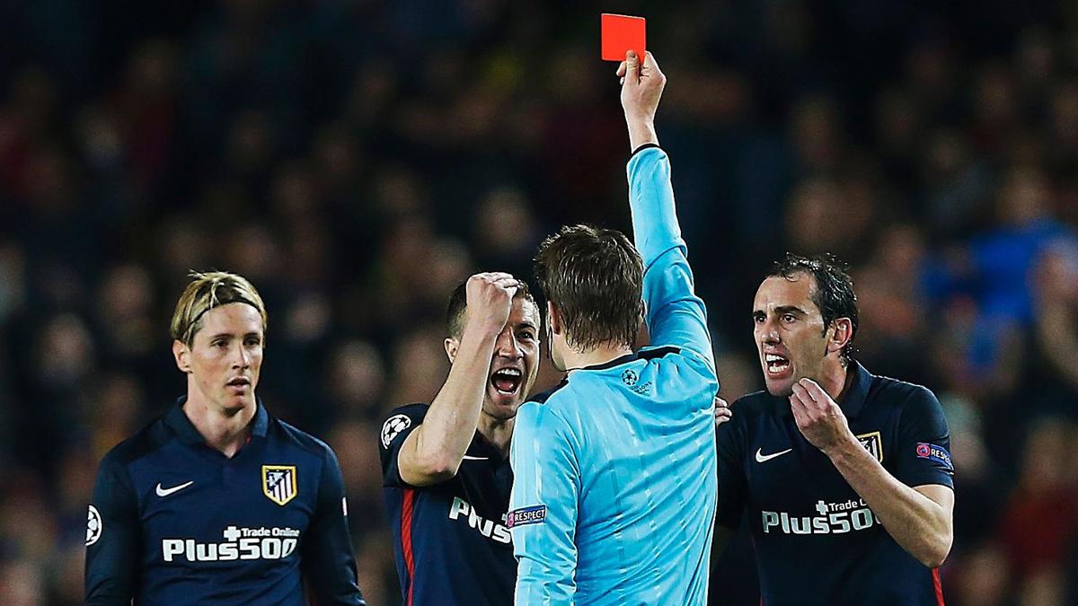 Felix Brych, expulsando a Torres en cuartos de final de Champions de la pasada temporada.