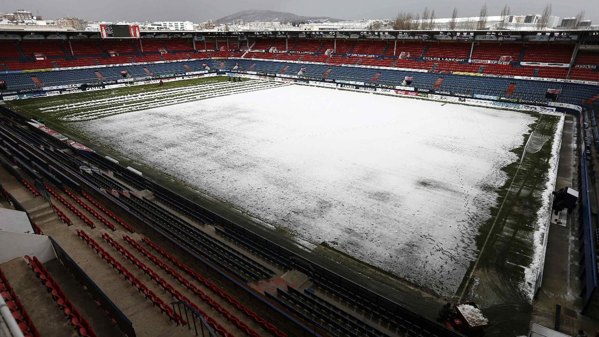 Al Real Madrid le persiguen los temporales: nieve, temperaturas bajo cero y un césped recién plantado en El Sadar