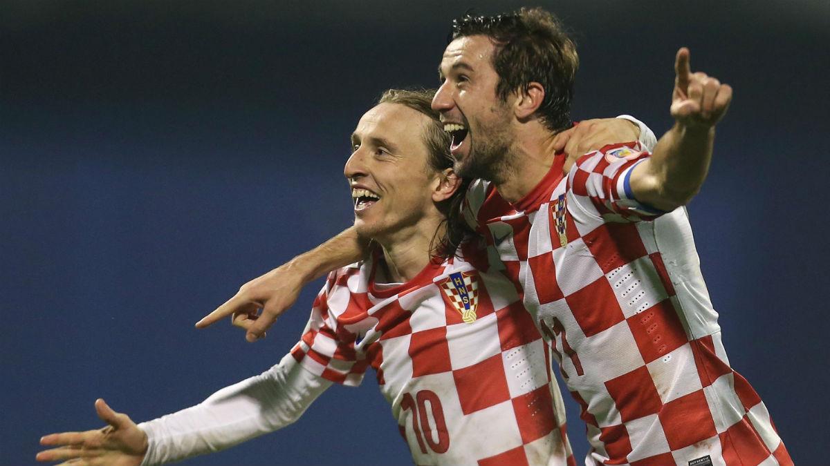 Dario Srna y Luka Modric celebran un gol con Croacia.