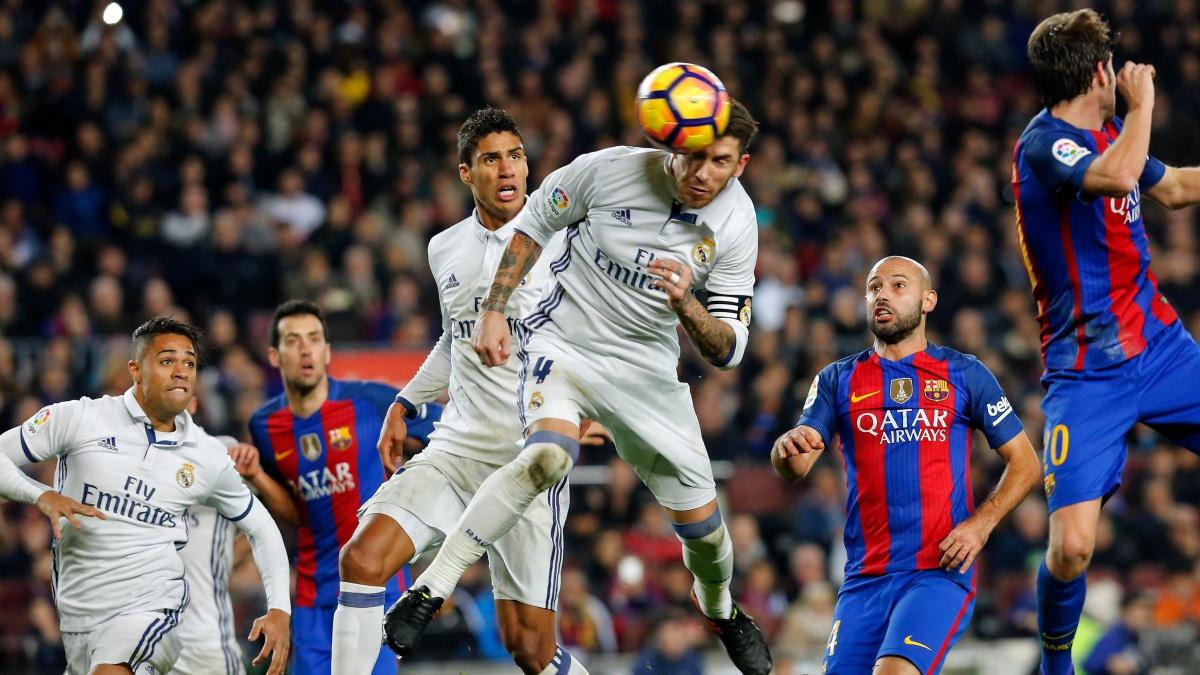 Sergio Ramos anota un gol en el Camp Nou
