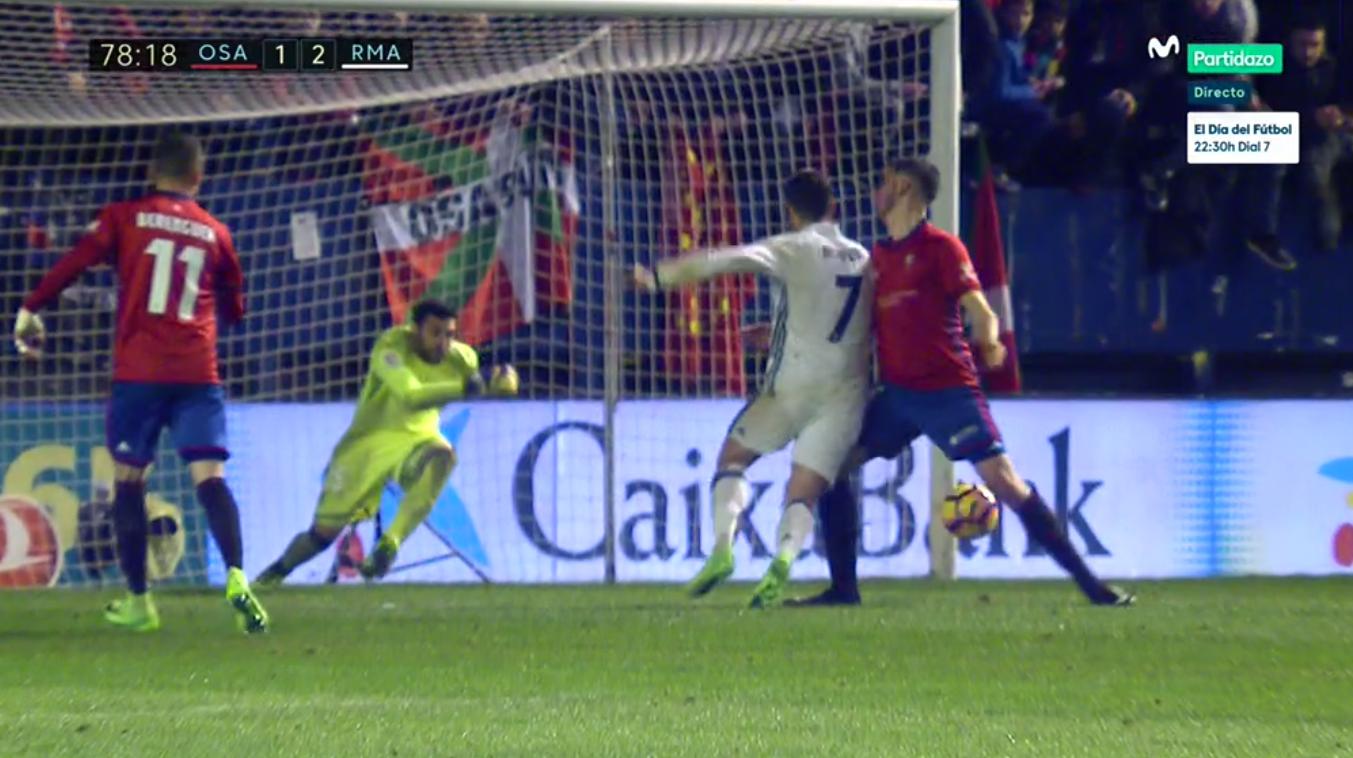 David García derriba a Cristiano Ronaldo durante el Osasuna-Real Madrid.