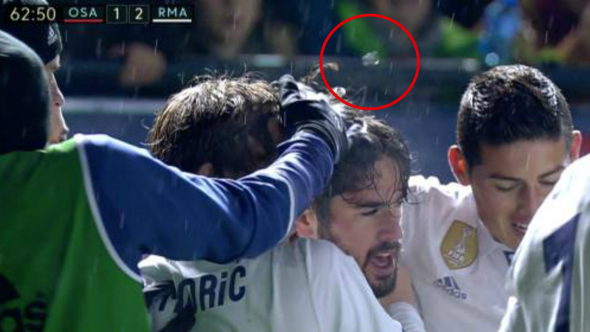 A Modric le golpearon con un objeto desde la grada… pero no hizo teatro