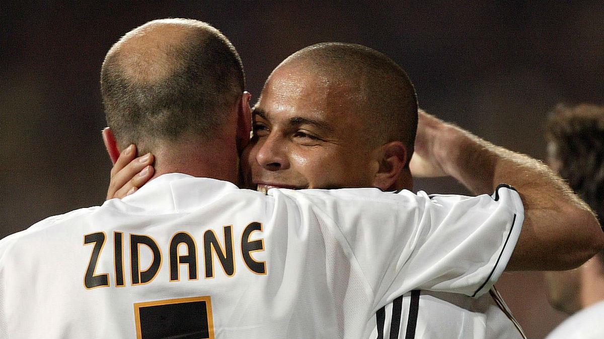 Ronaldo Nazario y Zidane se abrazan tras un gol del Real Madrid. (AFP)